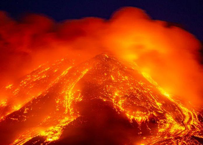 Tras erupción de La Palma, el Volcán Etna en Sicilia entra en erupción.