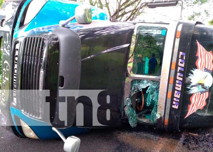 Choque entre camión y rastra deja varios lesionados