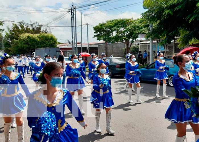Estudiantes del Instituto Enrique Flores; emocionados realizaron su desfile patrio para recordar las acciones heroicas