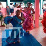 Colegios públicos participan en el certamen de trajes coloridos de mi Patria