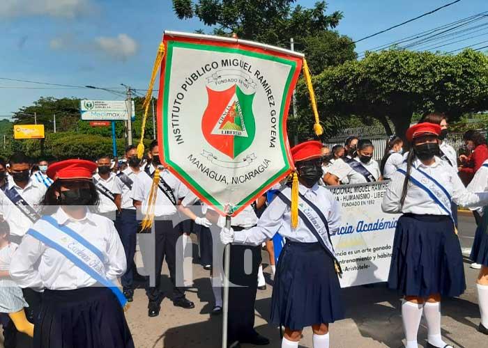 Alumnos del Instituto Gabriel Ramírez Goyena, en el distrito II de la capital; salieron de sus instalaciones con mucho orgullo