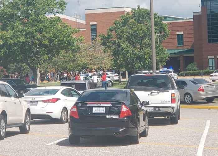Los estudiantes han sido evacuados a las pistas de tenis del centro