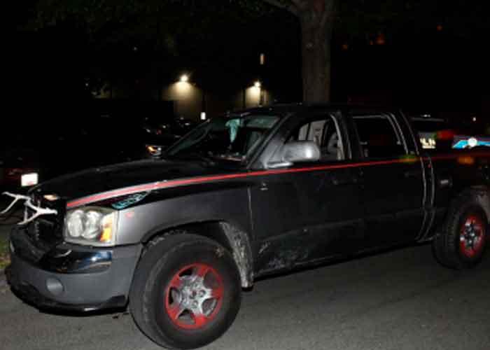 La camioneta no tenía matrícula y, en su lugar, había una placa con la bandera estadounidense