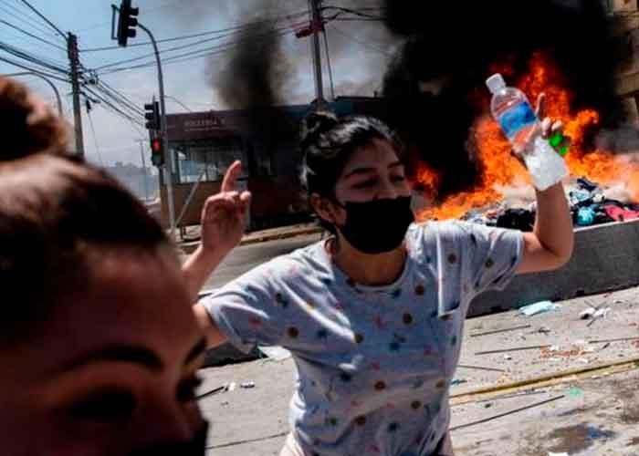Foto: Varios manifestantes de la ciudad de Iquique quemaron pertenencias de los extranjeros.