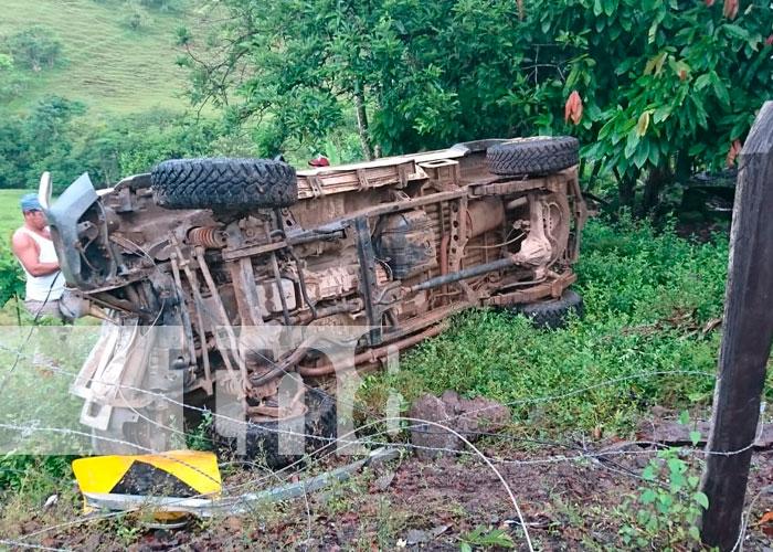 Camioneta se da vuelta en La Ponzoña, Río Blanco
