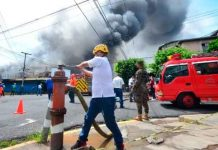 Voraz incendio consume el mercado municipal de la capital de El Salvador