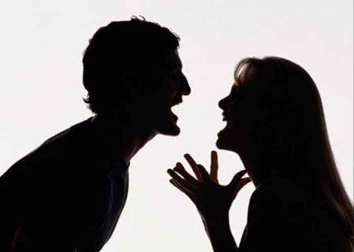 Tras discutir con su novio le tiró el celular, le pegó en la cabeza y lo mató