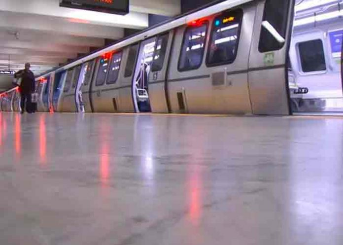 Mujer fallece tras ser arrastrada por un tren en Estados Unidos (video)