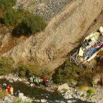 Ascienden a 33 los muertos por autobús que cayó a un barranco en Perú