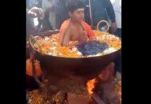 Captan a un niño hirviendo en una olla mientras medita en la India