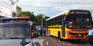 Escena de un accidente mortal con un bus en Managua, donde una señora perdió la vida