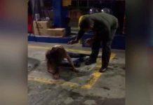"""¡Insólito! Policía le """"saca los demonios"""" a joven en una gasolinera"""