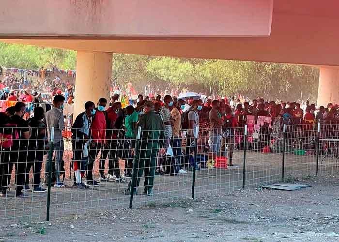 Miles de migrantes acampan bajo un puente en la frontera sur de EE.UU.