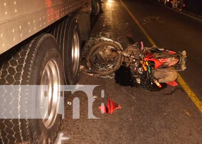 Motociclista impactó contra un furgón y su acompañante resultó herido