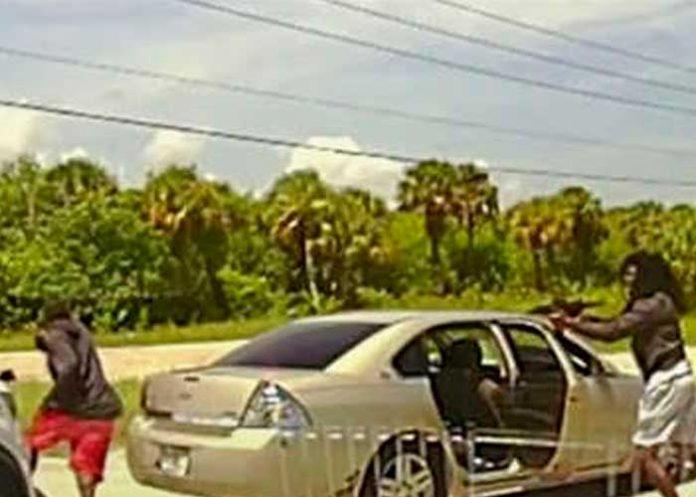 Hombre protagoniza balacera y agente de la policia lo mata.