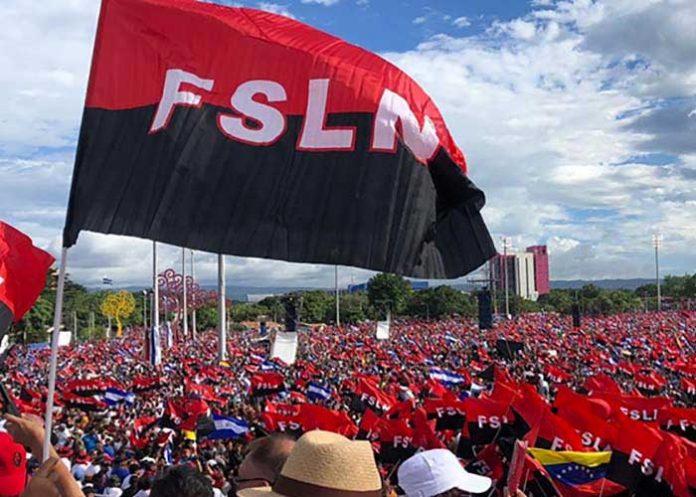 Bandera del FSLN en una conmemoración del 19 de Julio