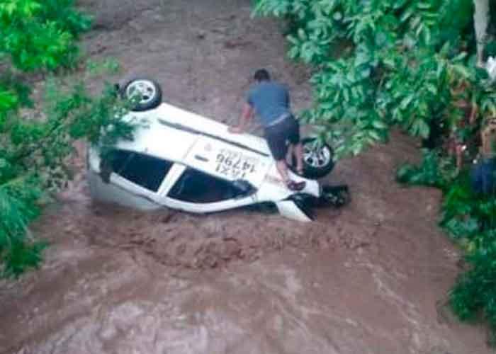 Fuertes corrientes arrastran un carro tras las lluvias en Guatemala