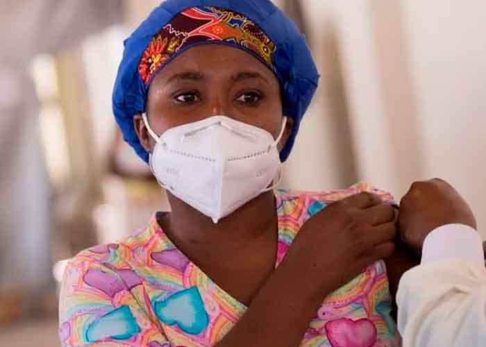 Una mujer haitiana en la jornada de vacunación  contra el Covid-19