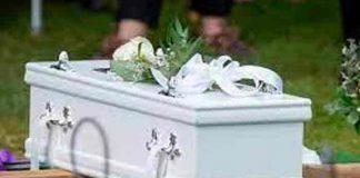 Video: Madre saca a su hija muerta del ataúd y le canta las mañanitas