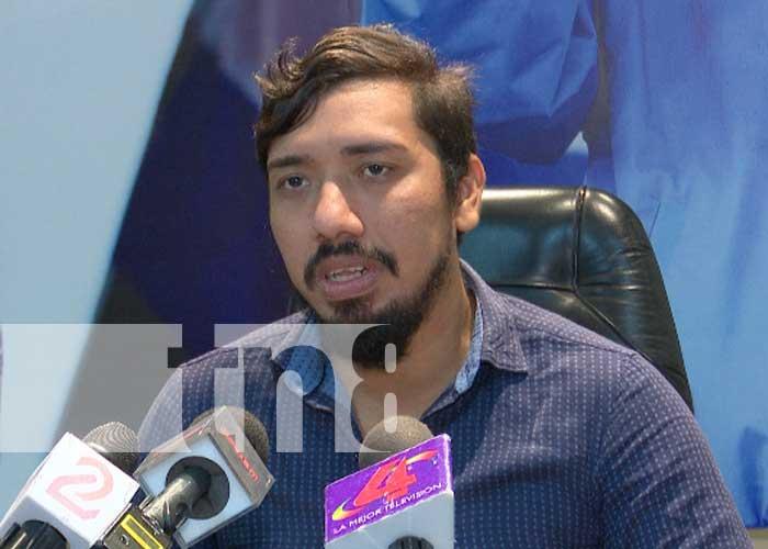 Manuel Prado, técnico del INETER, informando sobre lluvias en el país