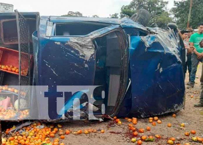 Camioneta llena de verdura se vuelca por fallas mecánicas