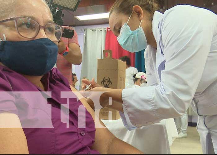 Efectiva vacunación contra el COVID-19 a pacientes mayores de 45 años de edad