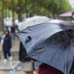 Sombrilla bajo la lluvia