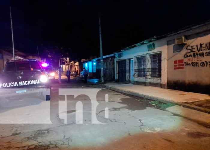 Personal de Medicina legal retira el cuerpo del motel