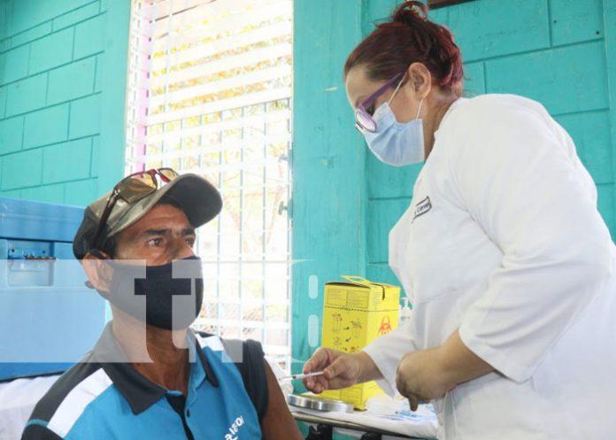 Aplicación de segunda dosis de vacuna a personas mayores de 45 en Managua
