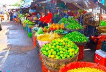 Tramos de frutas y verduras fresca en el mercado de Managua
