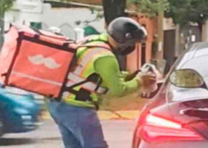 Repartidor da lección a conductor que tiró basura en la calle (VIDEO)