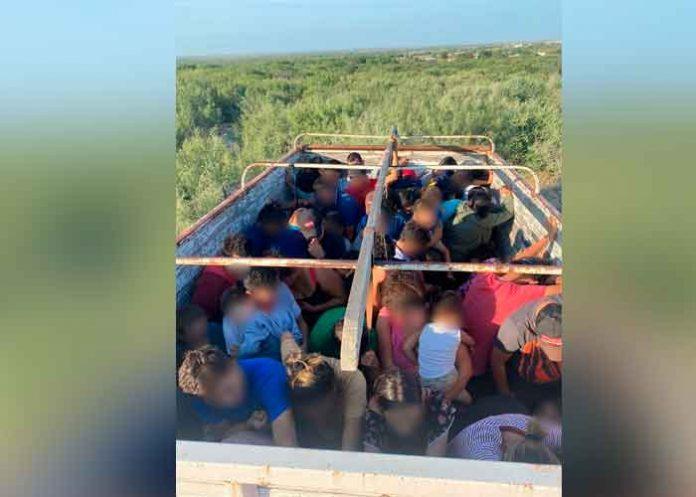 Rescatan a 80 migrantes hondureños abandonados en un camión en México