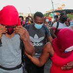 México frena a empujones otra caravana de migrantes (video)
