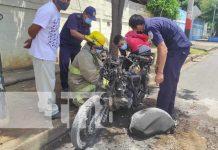 Moto hecha chatarra tras incendiarse en Managua