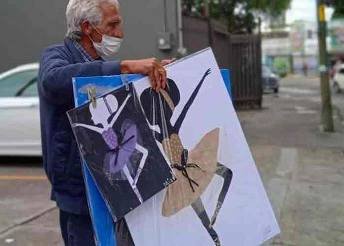 México: Abuelo vende dibujos de sus nietas para darles de comer