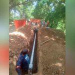 varios hombre trabajan en la instalación de tuberías
