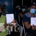 Personas de 30 años a más se inmunizan contra el COVID-19