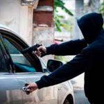 delincuente con una arma realiza un robo