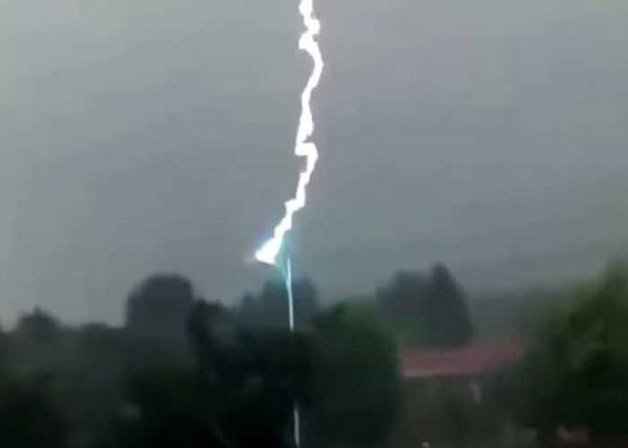 En menos de 10 segundos 11 rayos impactan contra un poste en China