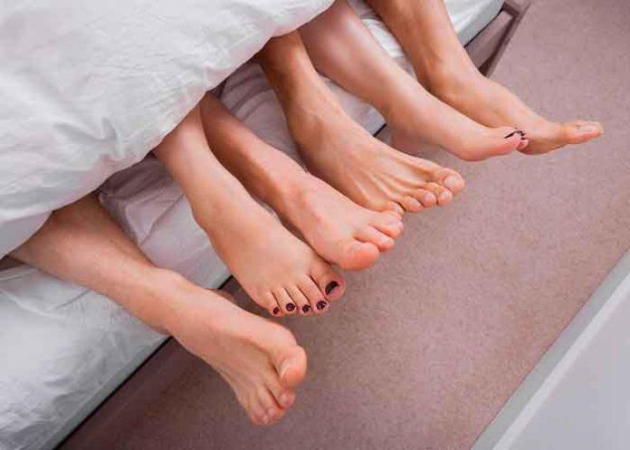 Polémica relación: Marido permite a su mujer que esté con otros hombres