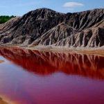 ¡Apocalíptico! Estanque se tiñe de rojo en Jordania y causa alarma
