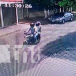Delincuentes a punta de pistola roban motocicleta en la Colonia 10 de Junio