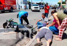 Motociclista lesionada al ser catapultada por camioneta en Managua