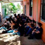 Detiene a casi 100 indocumentados en casas de seguridad en Texas