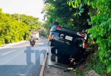 Conductor ileso tras volcarse en el km 9.5 de la Carretera Sur en Managua