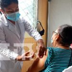 Personas recibiendo su segunda dosis de la vacuna Sputnik V