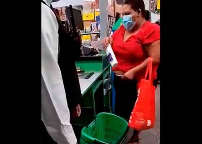 Captan robando en un supermercado a una señora en Guatemala