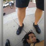 Un policía de EE.UU pisotea la cabeza de un afroamericano esposado