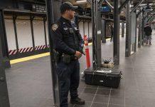 Policías sacan a empujones del metro a un hombre que les pidió usar tapabocas (VIDEO)