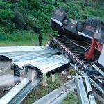 Rastra cargada de perlines quedo volcada en la Cuesta La Cucamonga, Estelí